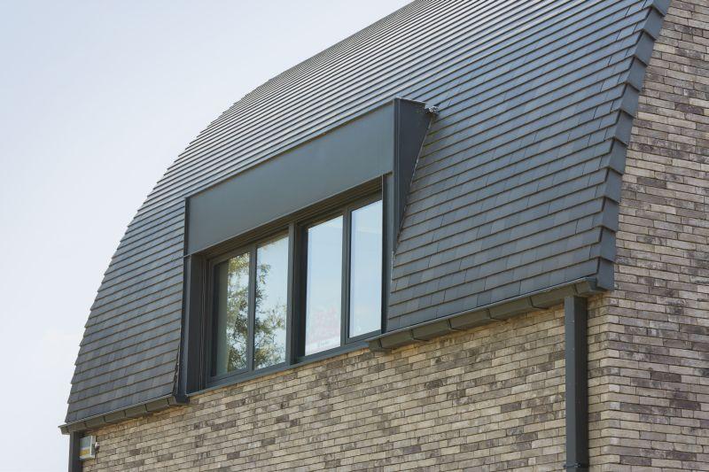 Une toiture en pente revtue de tuiles en terre cuite for Pente d une toiture