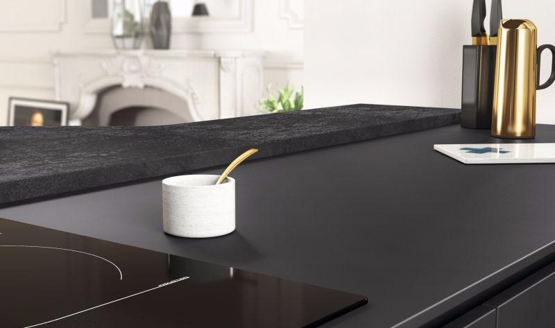 Het werkblad in zwart luxelaminaat voor in badkamer en keuken-MOBALPA