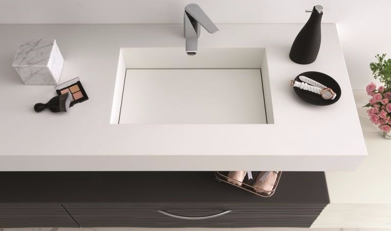 Hoogte Werkblad Badkamer : Het werkblad in zwart luxelaminaat voor in badkamer en keuken mobalpa